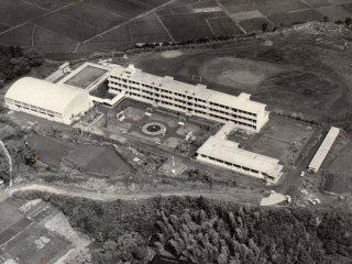 昭和38年に完成した校舎全景
